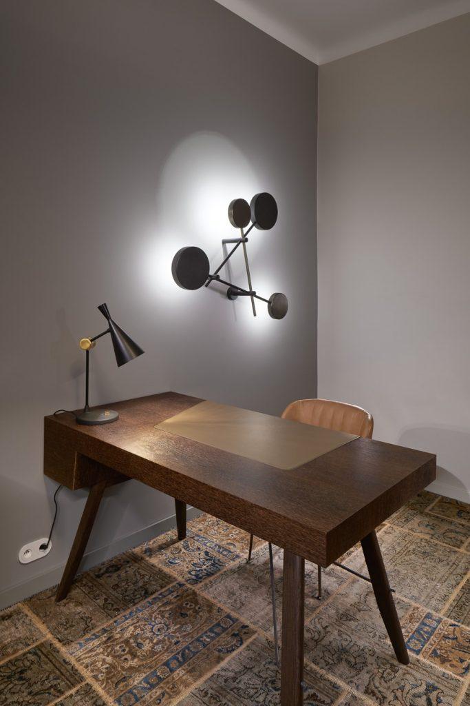 Konferenčný stolík s moderným svietidlom