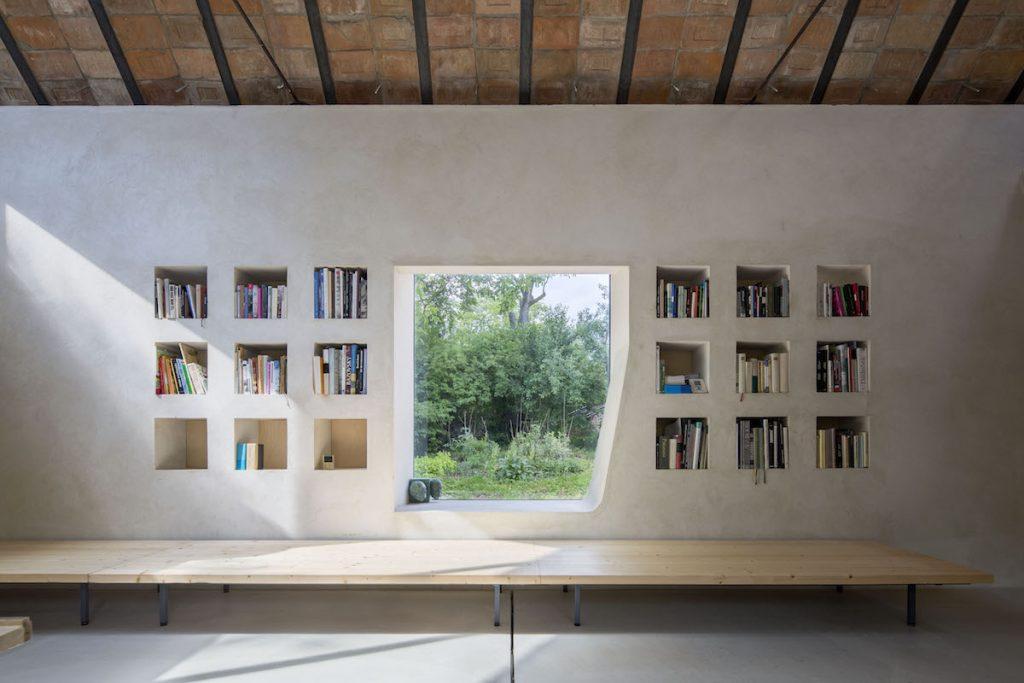 Murovaná knižnica s oknom