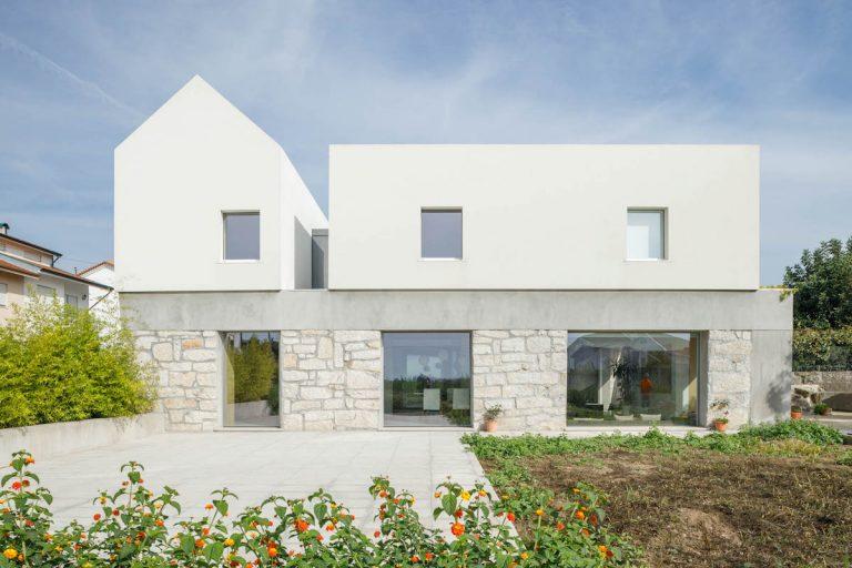 Tri staré domy spojili do jedného! Kontrast podlaží má svoj význam