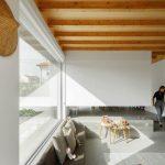 Veľké okná a drevené trámy