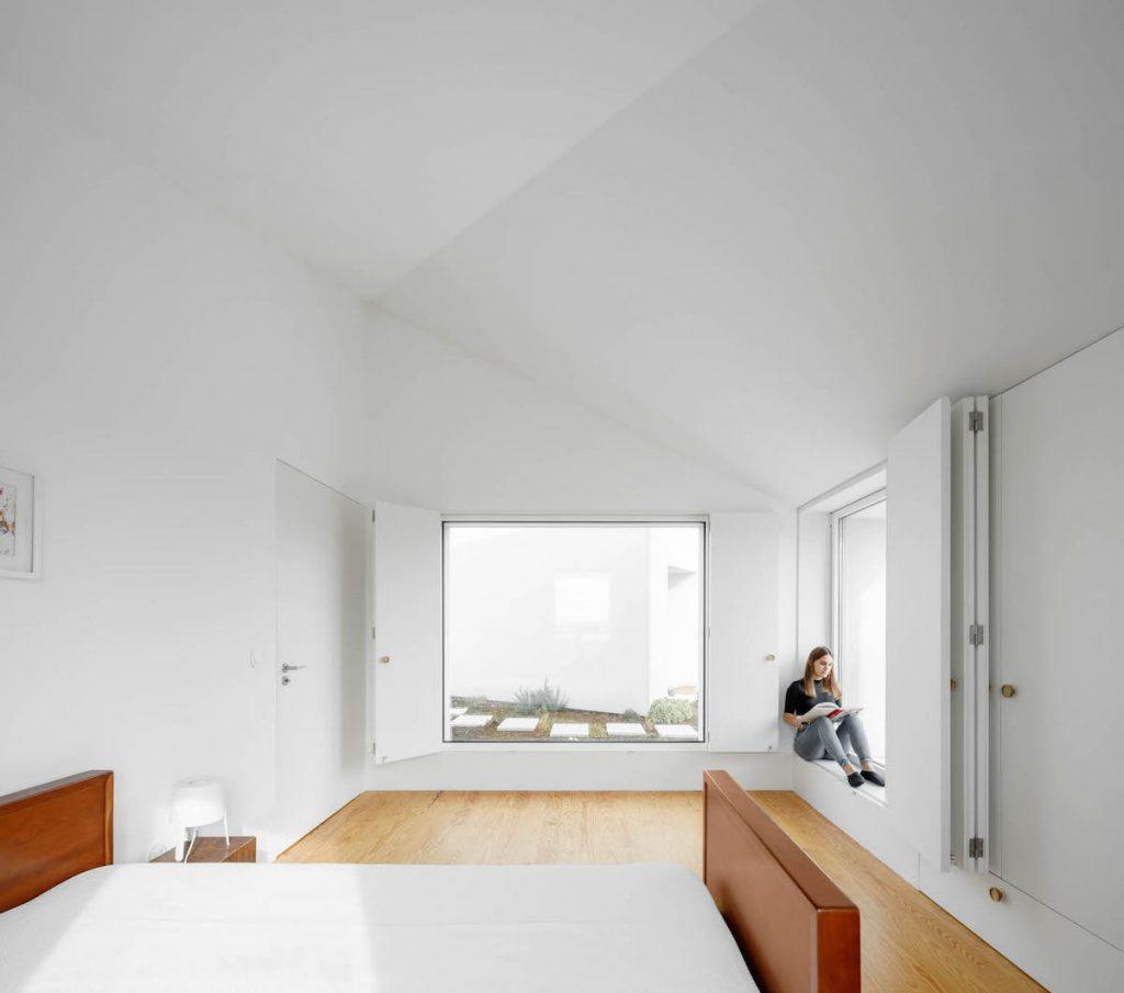 relaxačná zóna pod veľkým oknom v spálni