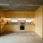 Drevená kuchyňa a betónový strop