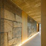 Podsvietená žulová stena