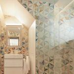 Farebná mozaika v kúpeľni