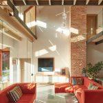 Obývacia časť a pôvodné trámy