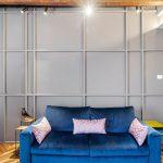 Modrá pohovka a sivá stena