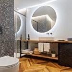 Moderná kúpeľňa s veľkým zrkadlom