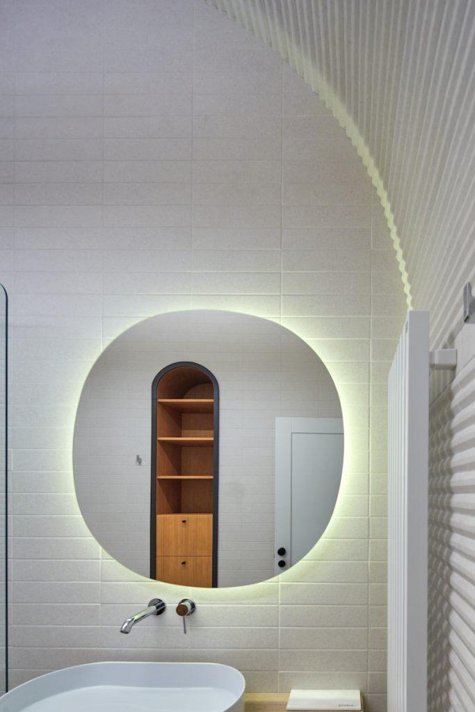 Kúpeľňa s oblúkom a zrkadlom