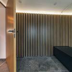 Obklad na stene a vchod do izby