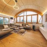Dominantné oblúkové okno v obývačke