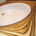 Umývadlo v drevenom obklade