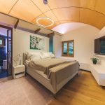 Spálňa s oblúkovým stropom