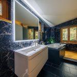 Mramorová kúpeľňa s oknami