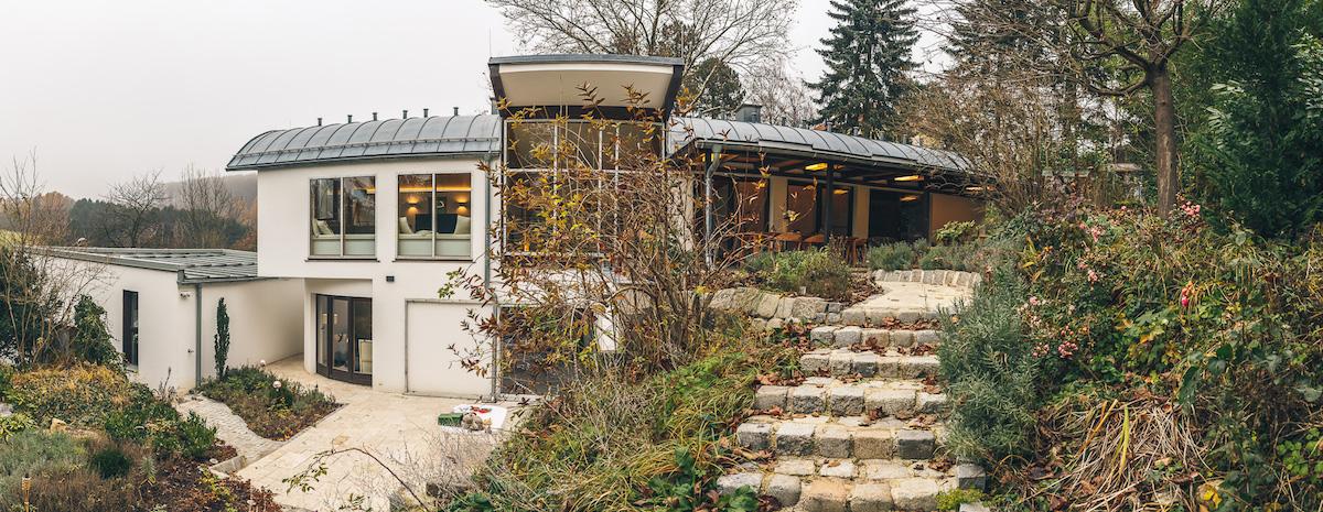 moderný rodinný dom s oblou strechou