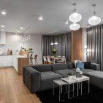 Obývačka s kuchyňou v sivej s drevom