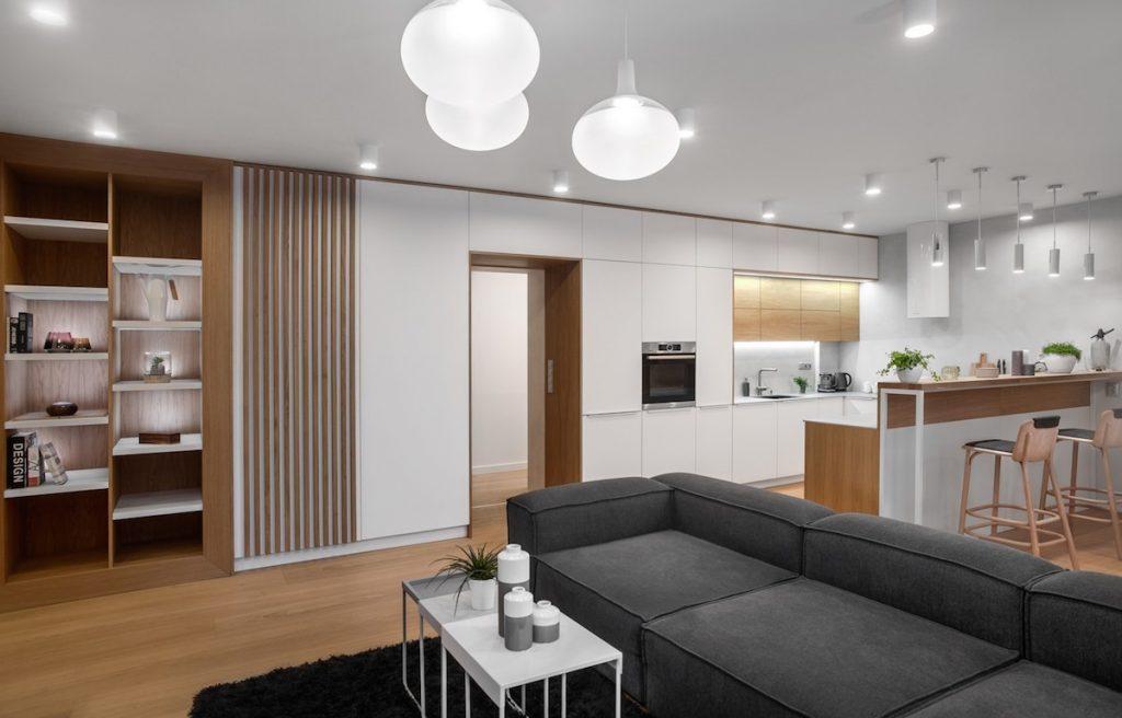 otvorený interiér so sivou sedačkou
