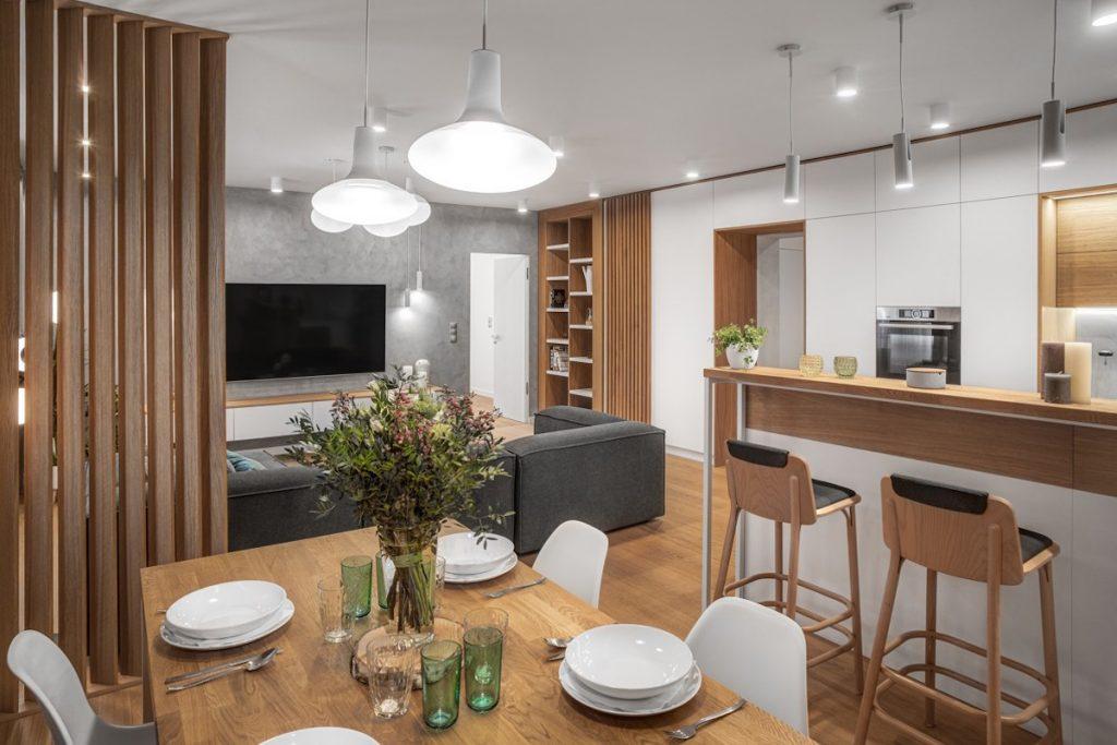 Interiér je zariadený vo svetlých odtieňoch kombinovaných s dubovým drevom