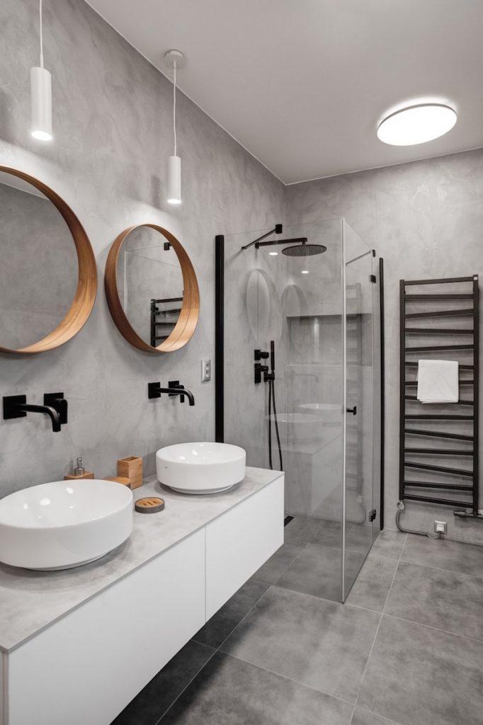 Sprchovací kút v sivej kúpeľni