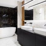 Luxusná kúpeľňa s mramorovou stenou