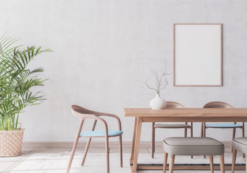 Drevené stoličky v jedálni