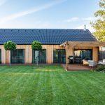 Dom s terasou a trávnatou plochou
