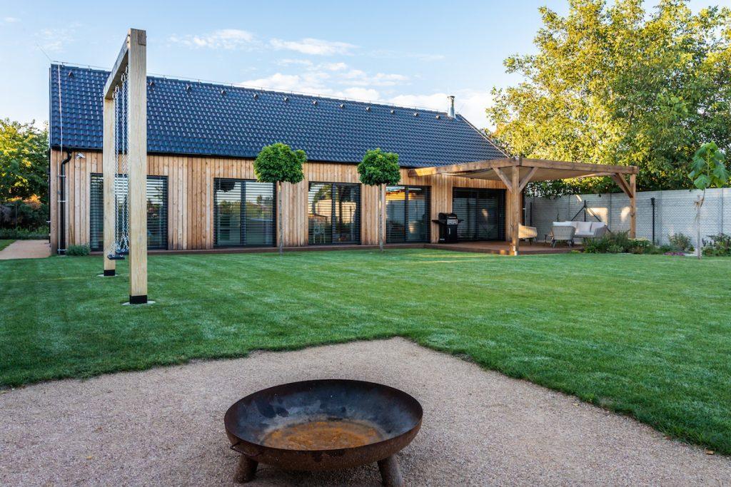 drevostavba s terasou a trávnikom