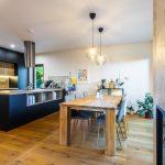 Čierna kuchyňa s jedálňou