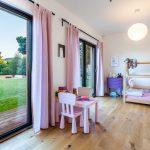 Detská izba s veľkými oknami