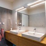 Kúpeľňa s dvoma umývadlami