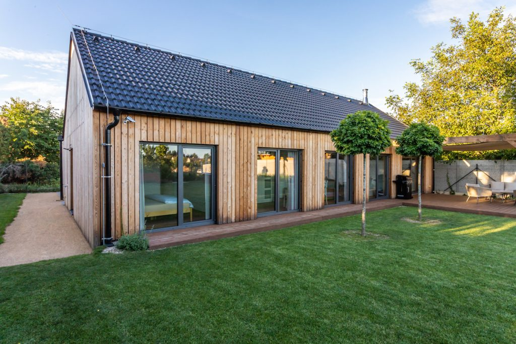 drevostavba s veľkými oknami a s terasou