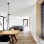 Veľké okná v modernej obývačke