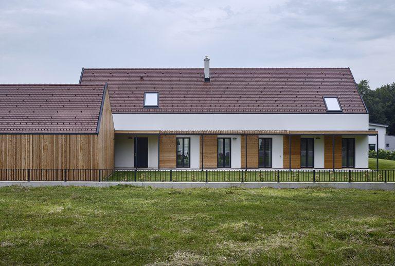 Moderný vidiecky dom na Záhorí kombinuje to najlepšie z tradícií a moderných technológií