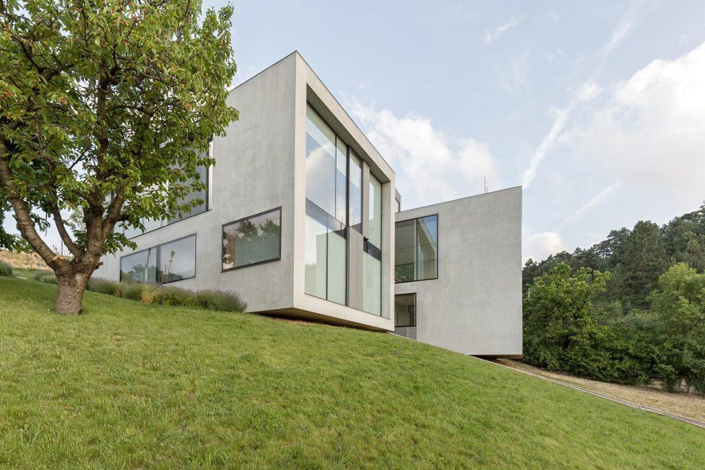 Moderná vila v minimalistickom štýle premieňa výhľady na krásne obrazy