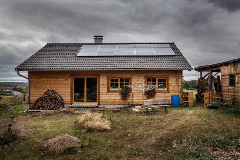 Takto vyzerá sloboda bez hypotéky: Domček s vlastnou elektrárňou postavený svojpomocne