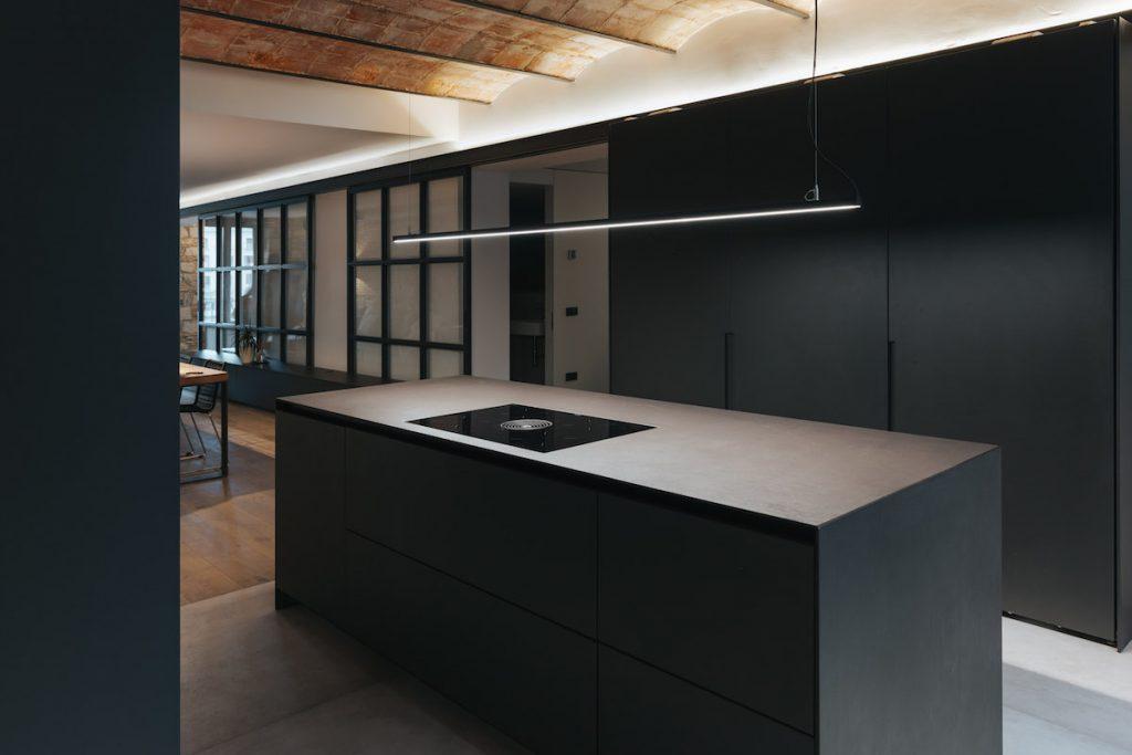 Čierna kuchyňa s klenutým stropom