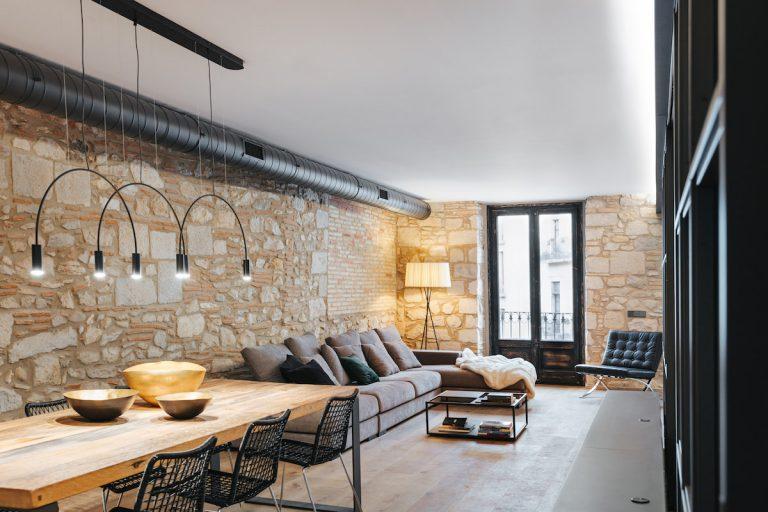 Z tmavého bytu vytvorili svetlom rozjasnený príjemný priestor s priznaným kameňom