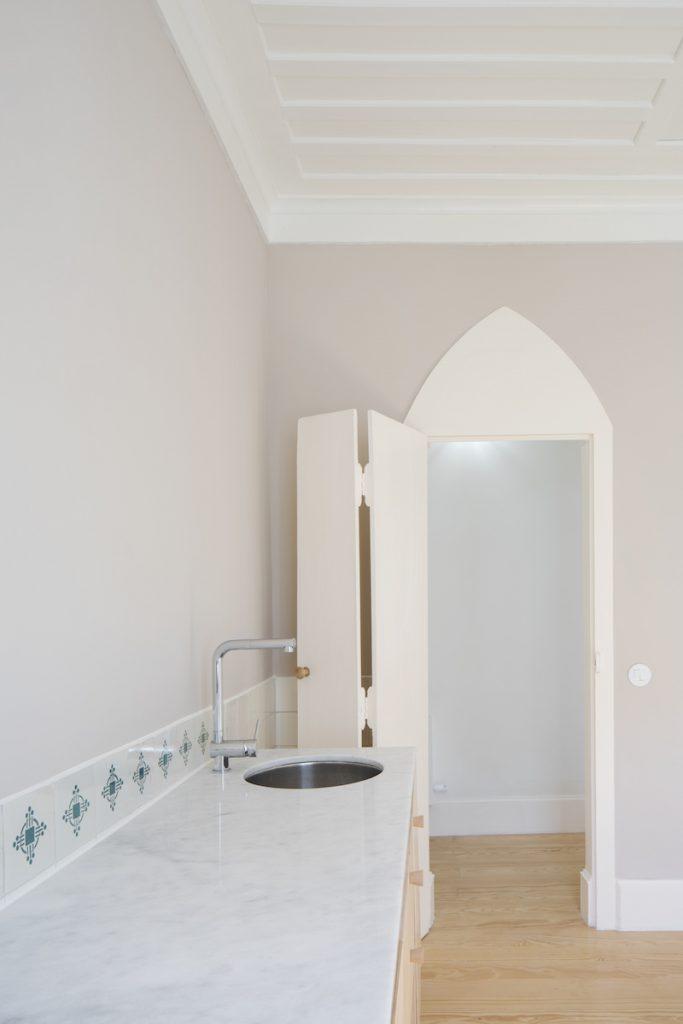Kuchyňa s orientálnymi dverami