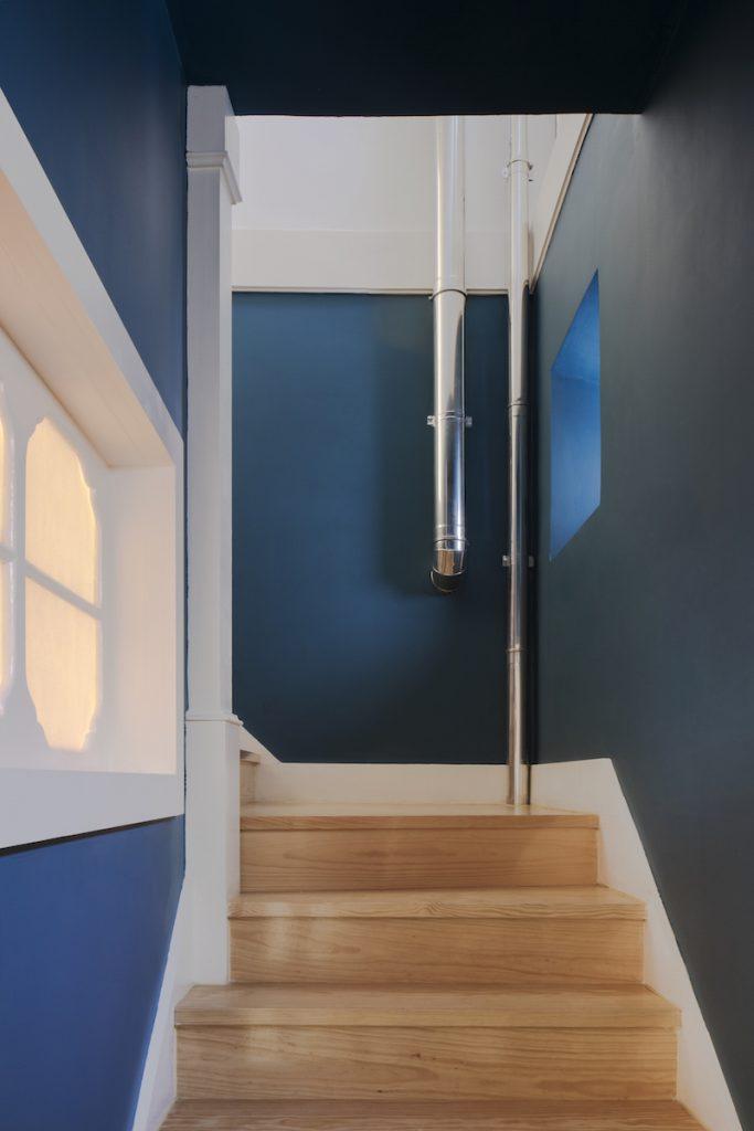 Schodisko s modrými stenami