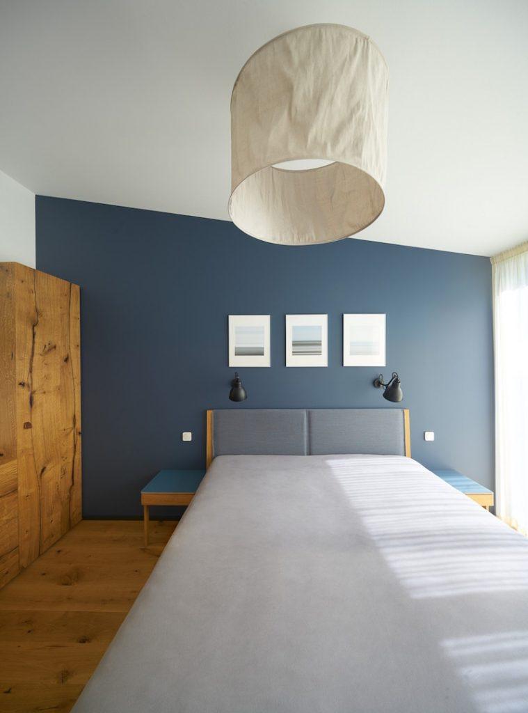 Spálňa s výrazným svietidlom