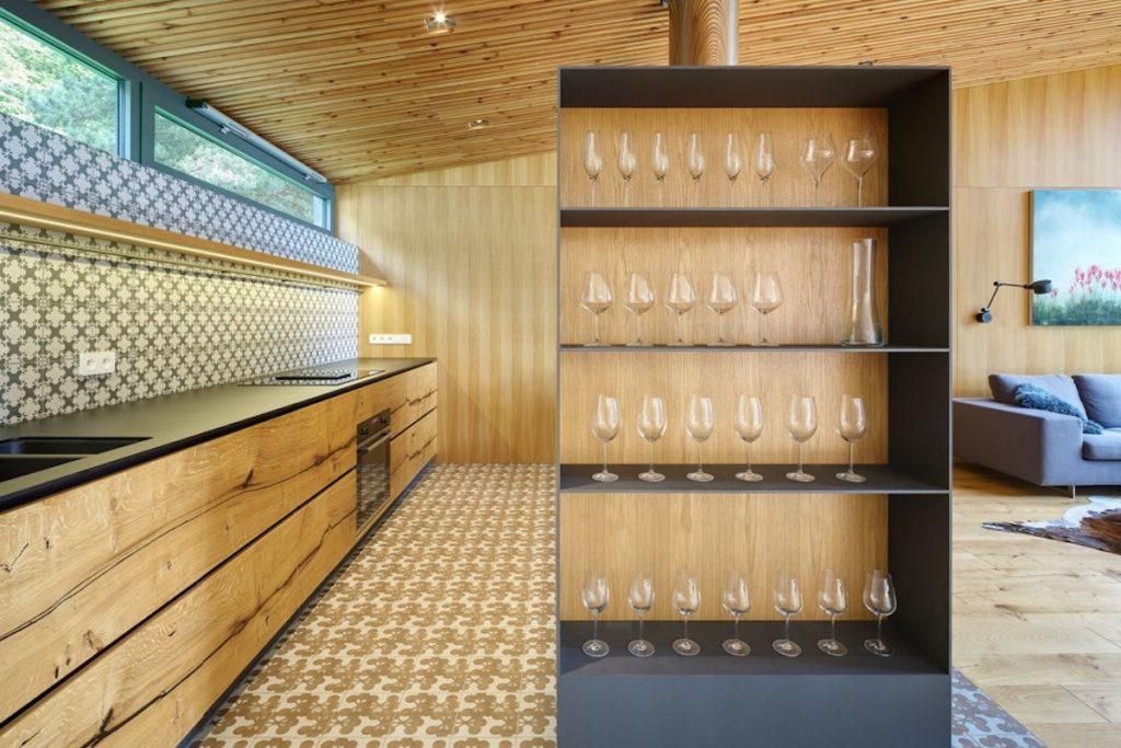 Dizajnová polica na poháre v kuchyni, kuchynská linka s drevom