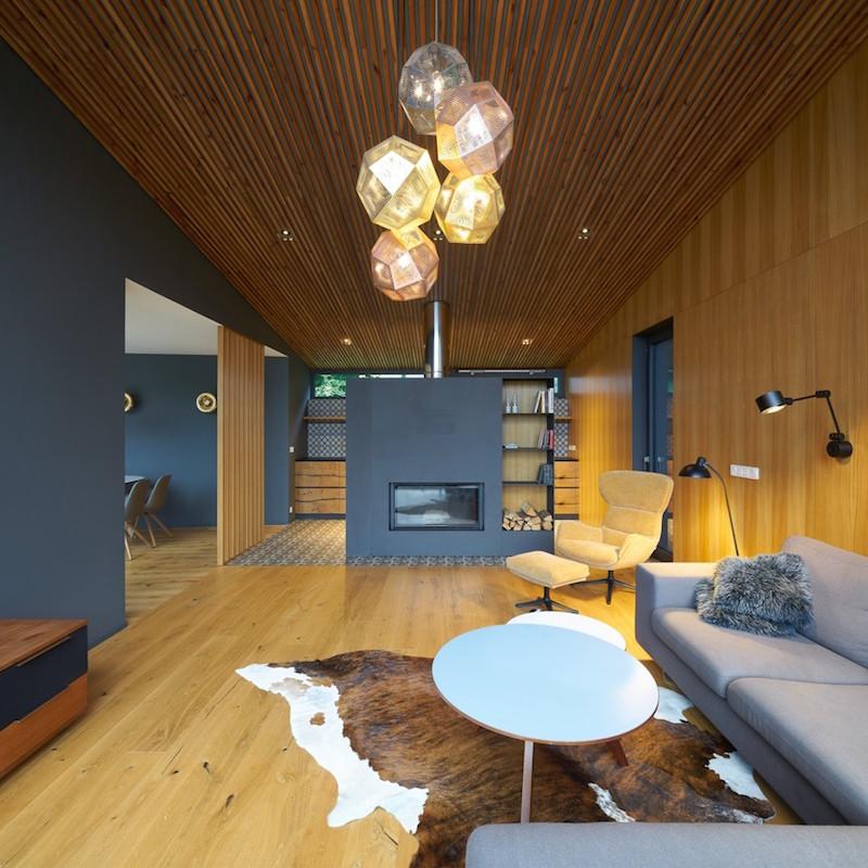 Päť svietidiel zušľachtilých kovov v obývacej izbe s kozubom