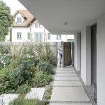 Vchod do domu cez záhradu