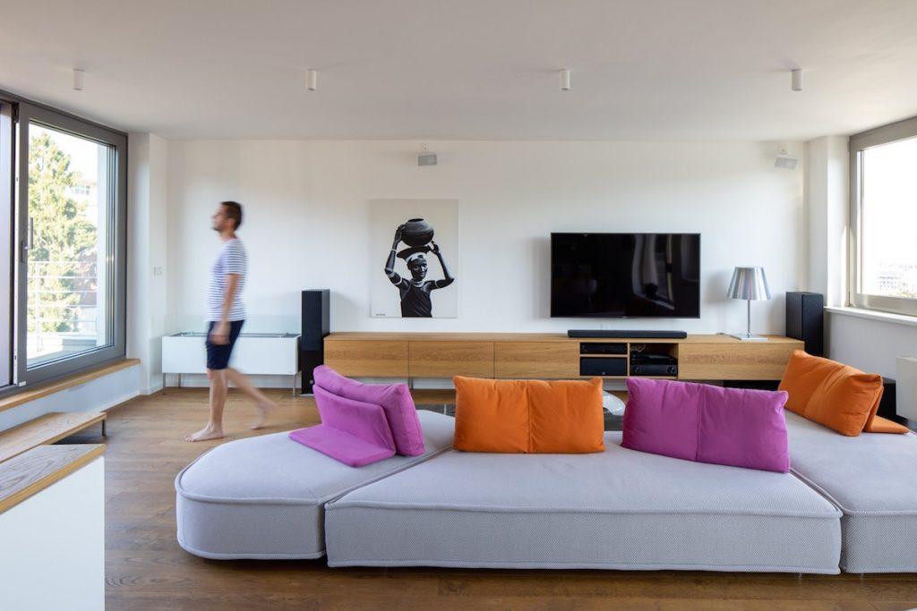 Rozľahlá rôznofarebná sedačka v obývacej izbe