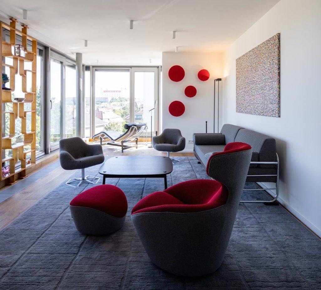 obývacia izba s výhľadom na panorámu mesta
