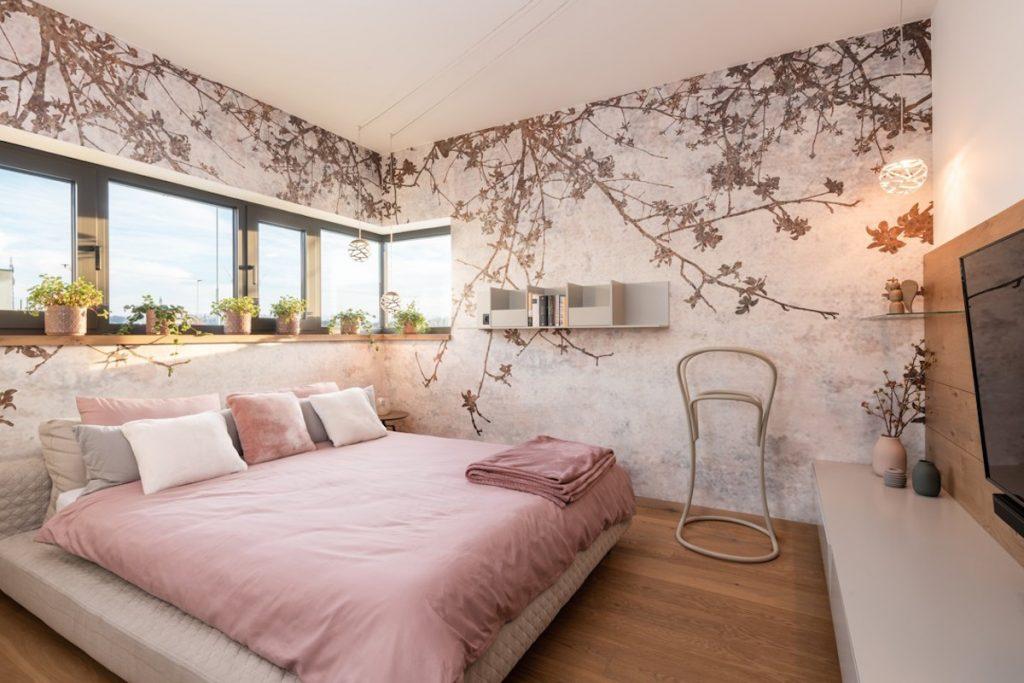 Spalňa s kvetinovou tapetou