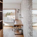 Sivá a drevo v spálni