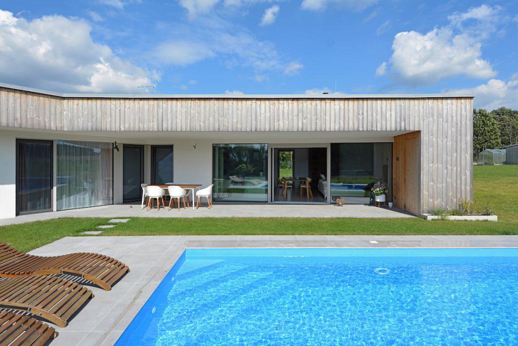 Rodinný dom s terasou a záhradným bazénom