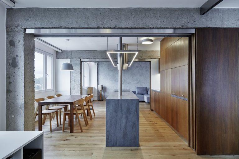 Z panelového bytu vzniklo po rekonštrukcii moderné bývanie, ktoré si ctí betón, drevo aminimalizmus