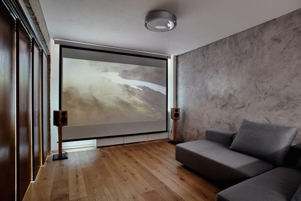 Obývačka s plátnom na premietanie