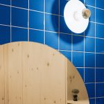 Modré obkladačky v kúpeľni.